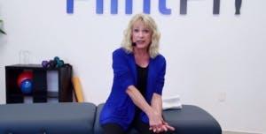 ergothérapeute montrant l'étirement des bras pour les patients victimes d'un AVC