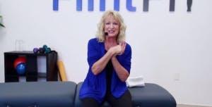 ergothérapeute montrant un exercice de bras doux