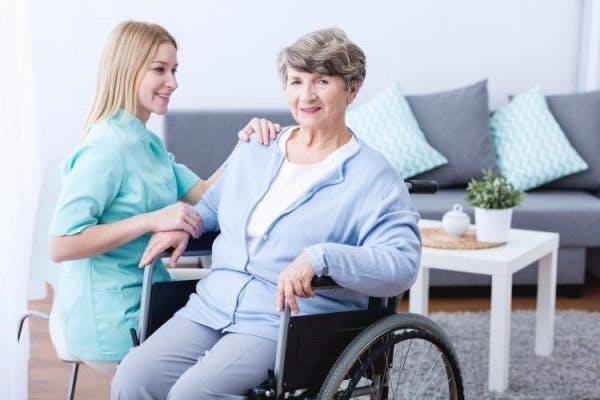 thérapeute travaillant avec un patient victime d'un AVC atteint d'hémiplégie droite