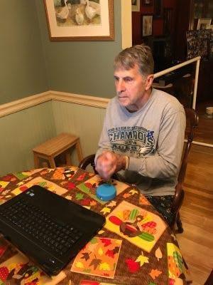 patient hémiplégique utilisant l'appareil de thérapie à domicile FitMi pour récupérer à la maison