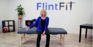 thérapeute montrant l'exercice de l'épaule