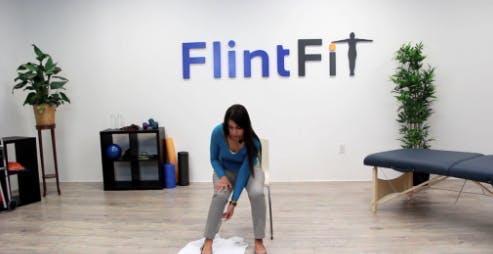 thérapeute avec pied sur serviette pour exercice de physiothérapie
