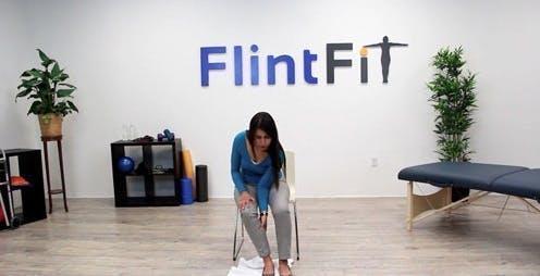 thérapeute glissant le pied sur le sol avec une serviette pour l'aider