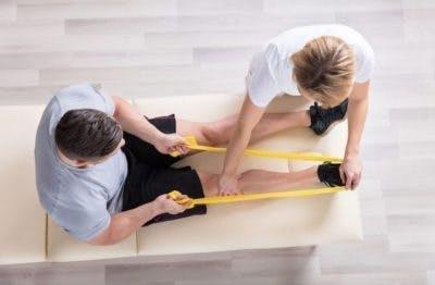 thérapeute travaillant avec le patient pour réparer les orteils enroulés avec des exercices