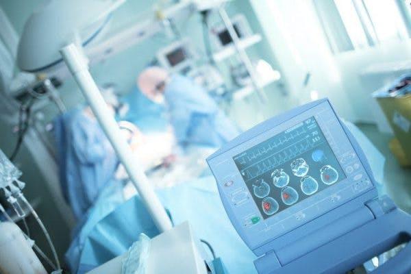 neurochirurgien effectuant une opération sur un patient victime d'un AVC hémorragique