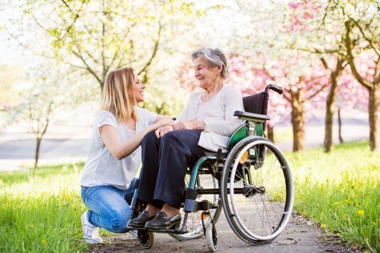 Cuidadora con sobreviviente de accidente cerebrovascular de ganglios basales