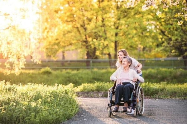femme et mère se promenant pendant la vie après un AVC