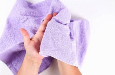 persona que siente una toalla suave para la reeducación sensorial
