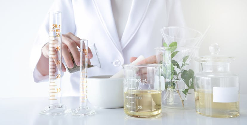médecin mélangeant des remèdes naturels pour symboliser le traitement naturel de la spasticité